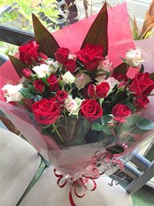 誕生日に。大輪とスプレー薔薇8本使用。