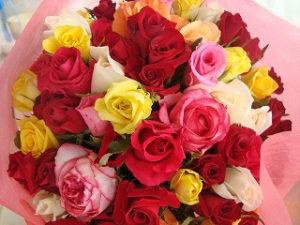 色々な種類の色の大輪薔薇60本使用。そのシーズンにある薔薇で対応。