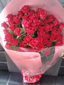 赤色の大輪薔薇(ローテローゼ)60本使用。