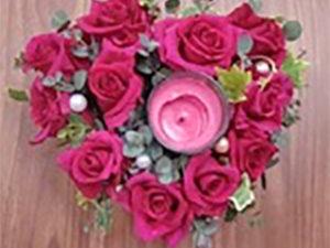 ワインレッドのインスピレーションの薔薇を使用したアレンジ