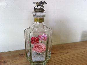 綺麗なビンと自然の色がそのまま残ったバラをお楽しみください